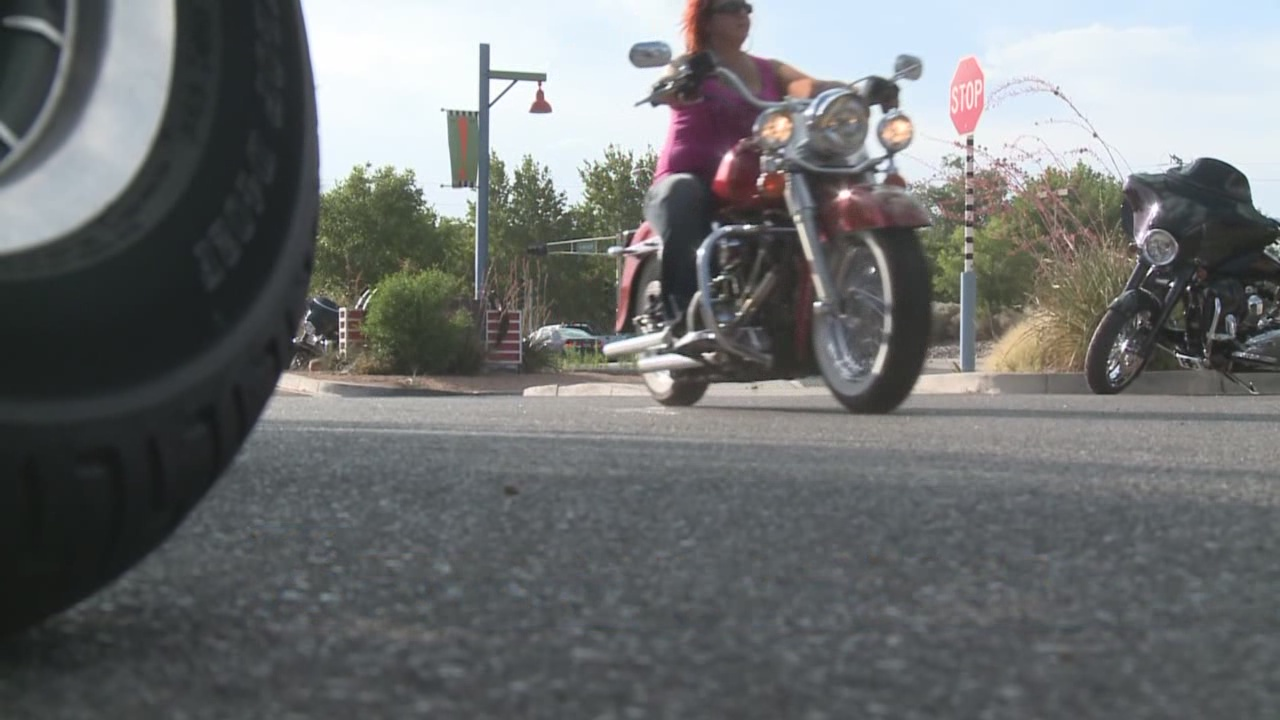 Motorcyclists could be required to wear helmets_92456