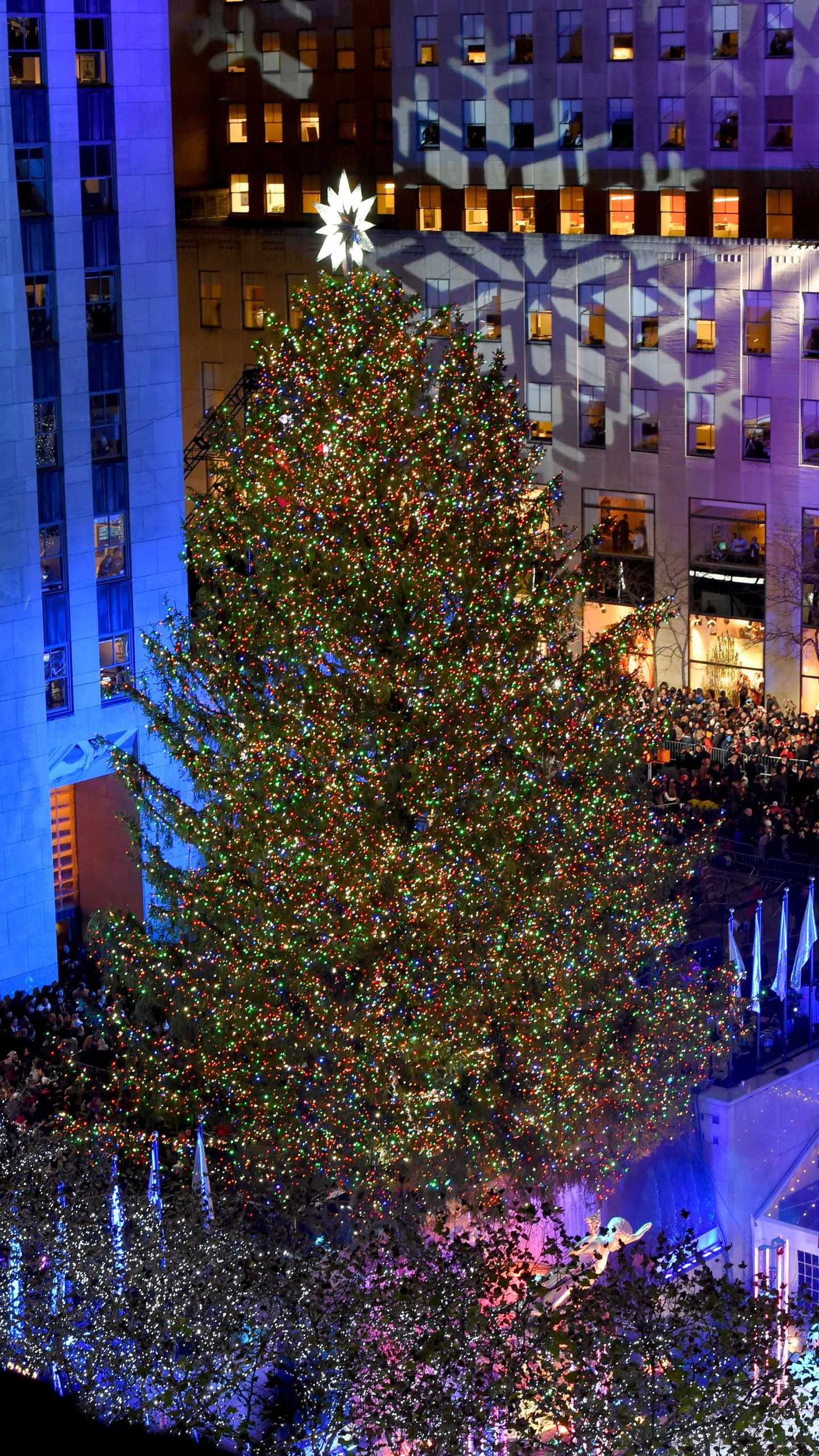 rockefeller christmas tree lighting attracts thousands https www krqe com news rockefeller christmas tree lighting attracts thousands