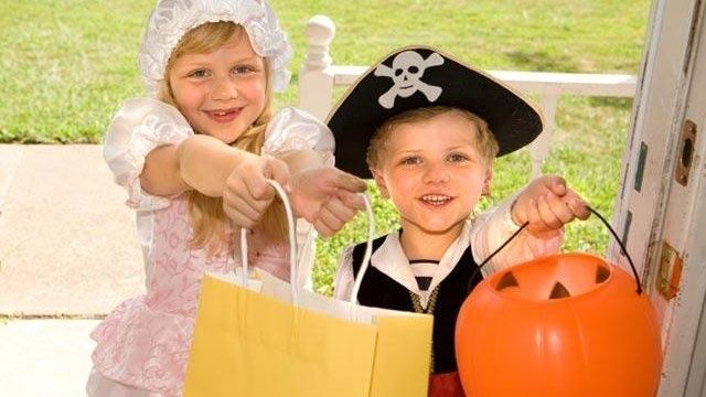 halloween-trick-or-treaters-candy-jpg_166248_ver1-0_13866376_ver1-0_640_360_714460