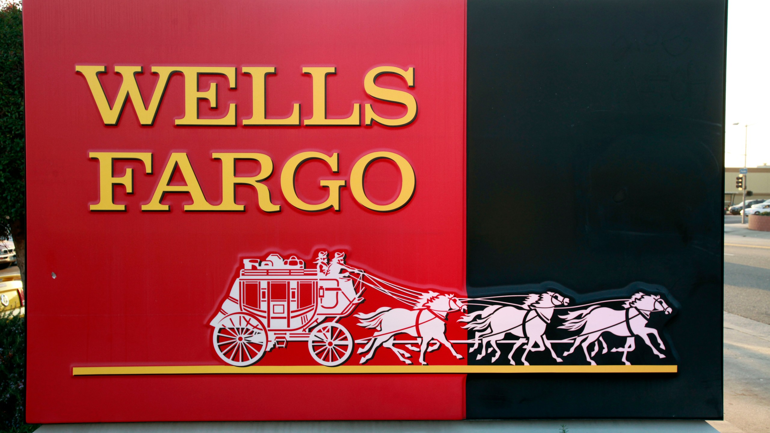 Smoke at Wells Fargo data center linked to outages